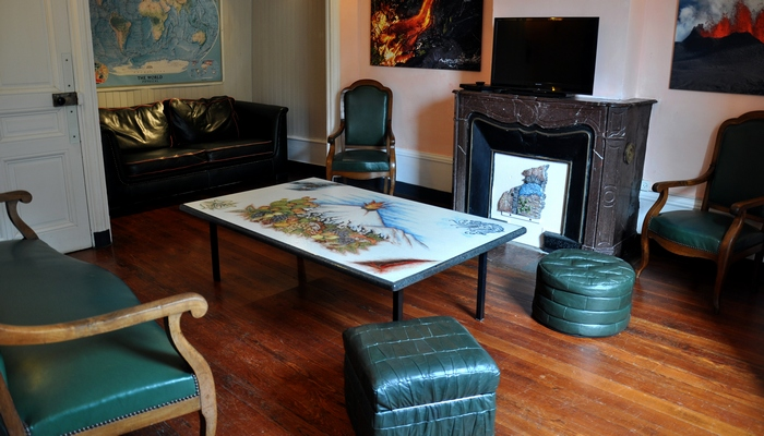 The living-room is organised around our Etna lava stone table. Bavière et volcan en Beaujolais.